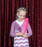 Palhaço vestindo Make Up Holding da menina sobre o pente feito sob medida Imagem de Stock