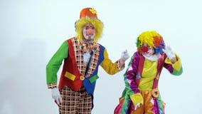 Palhaços de circo engraçados que dançam em uma maneira estranha e cômica vídeos de arquivo