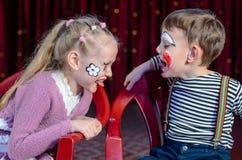 Palhaços do menino e da menina que colam para fora as línguas Imagens de Stock Royalty Free