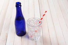 Palha azul do gelo do vidro de água da garrafa Fotografia de Stock