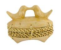 A palha da caixa de madeira ornaments os pássaros isolados no branco Imagens de Stock Royalty Free