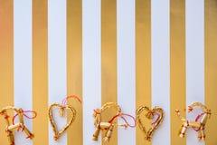A palha escandinava ornaments a configuração lisa em um stri branco e dourado fotos de stock royalty free