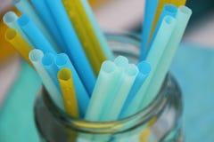 Palhas bebendo azuis e amarelas coloridas para bebidas Fotografia de Stock Royalty Free