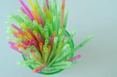 Palhas bebendo coloridas, no fundo claro foto de stock