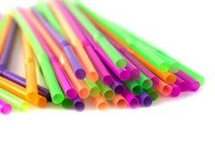 Palhas coloridas para as bebidas isoladas no fundo branco Fotografia de Stock Royalty Free