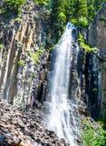 A paliçada cênico cai fluindo sobre o penhasco íngreme em uma floresta luxúria de Montana fotografia de stock royalty free