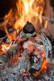 Palić bele łupka, ognisko i ogień w grabie W górę, zdjęcia royalty free
