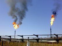 Palić gaz w pochodniach Ciśnieniowej ulgi system Nafciany przygotowania i pompować warsztat Środkowy punkt nafciany zgromadzenie  Obraz Royalty Free