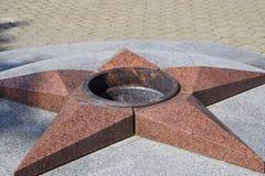 Palić wiecznie ogień Pięcioramienna gwiazda robić granitowy pomnik pamięć zabijać żołnierze Zdjęcie Stock