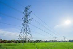 Pali ad alta tensione di elettricità Immagine Stock Libera da Diritti