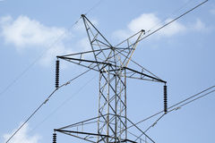 Pali ad alta tensione, potere artificiale, energia Fotografia Stock