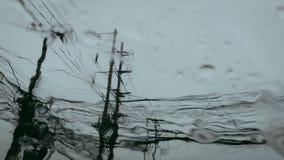 Pali concreti elettrici con cavi quando sguardo dalla finestra dell'automobile, cielo blu nel giorno piovoso immagini stock libere da diritti