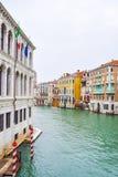 Pali d'attracco a strisce e di legno in acqua lungo i lati di Grand Canal a Venezia, Italia immagini stock libere da diritti