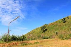 Pali del lampione sulle montagne con cielo blu Fotografie Stock