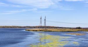 Pali di alto potere in mezzo ad un lago Immagini Stock Libere da Diritti