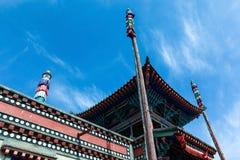Pali di bandiera e la costruzione tibetana di architettura fotografie stock libere da diritti
