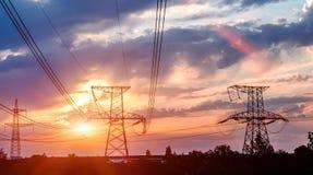 Pali di elettricità di alto potere nell'area urbana fotografia stock libera da diritti