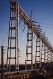 pali di elettricità con fabbricazione dell'attrezzatura dei cavi fotografia stock