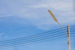 Pali di illuminazione con cielo blu Fotografie Stock