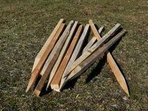 Pali di legno in un mucchio immagine stock