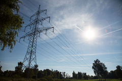 Pali di potere con cielo blu e sole Immagini Stock
