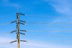 Pali di potere e cavi ad alta tensione Fotografia Stock