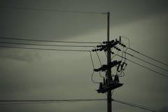 Pali di potere e linee elettriche Immagine Stock