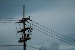 Pali di potere e linee elettriche Fotografie Stock