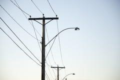 Pali di potere e linee elettriche immagini stock libere da diritti