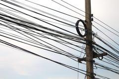 Pali di potere e molte linee telefoniche Immagine Stock