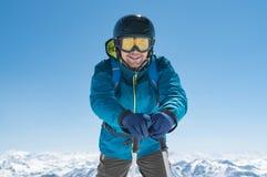 Pali di sci diritti della tenuta dello sciatore Fotografia Stock Libera da Diritti