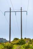 Pali di tensione, pilone di elettricità, torre di potere della trasmissione Fotografie Stock
