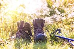 Pali di trekking e degli stivali fotografia stock