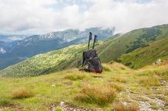 Pali di trekking e dello zaino Fotografia Stock Libera da Diritti