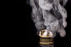 Palić Elektroniczny papieros Popularny vaporizing cig gadge Zdjęcia Royalty Free