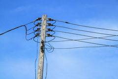 Pali elettrici del fondo ad alta tensione del cielo blu Immagine Stock Libera da Diritti