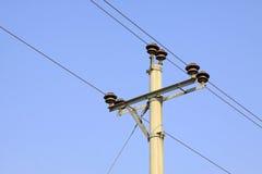 Pali elettrici nell'ambito dei precedenti del cielo blu Immagini Stock Libere da Diritti