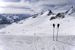 Pali, guanti e pendii di sci sul ghiacciaio di Tiefenbach a Solden Fotografia Stock
