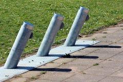 Pali inclinati del metallo usati per il parcheggio e l'incarico delle biciclette elettriche affittate montate sul supporto del me immagine stock
