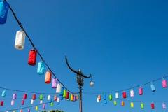 Pali leggeri e lampada con carta variopinta su un cielo blu luminoso fotografia stock libera da diritti