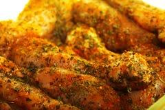 Palillo adobado crudo de la carne del pollo del primer Imagenes de archivo