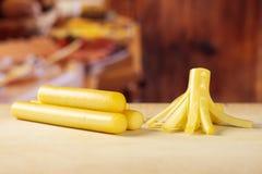 Palillo ahumado del queso de secuencia del slovak con la cocina rústica imagen de archivo libre de regalías