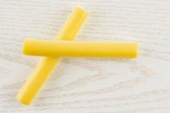 Palillo ahumado del queso de secuencia del slovak en la madera gris fotografía de archivo