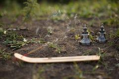 Palillo ardiente del incienso y una campana budista, realizando un mysteri Imagenes de archivo
