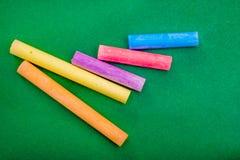 Palillo cinco de la tiza en verde Imagen de archivo libre de regalías