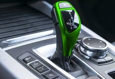 Palillo de engranaje automático verde de un coche moderno detalles modernos del interior del coche Ciérrese encima de la visión D fotografía de archivo