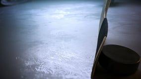 Palillo de hockey del primer que golpea el duende malicioso de hockey en la cámara lenta