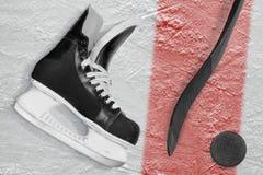 Palillo de hockey, patines, duende malicioso y línea roja Imagen de archivo