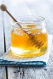 Palillo de madera de la miel en tarro Fotografía de archivo