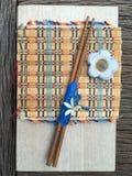 Palillo de madera en la estera de madera del tablero y del bambú Foto de archivo libre de regalías